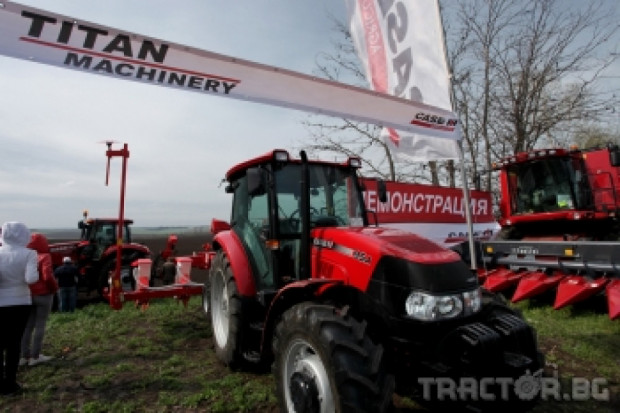 Тайтън Машинъри започна полеви демонстрации на новите трактори и сеялки за 2013 г. (видео)