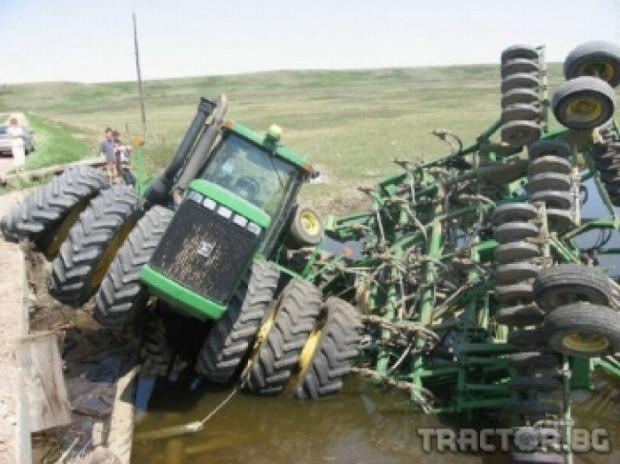 Tрактор МТЗ 1050 с пръскачка се преобърна дакато пръска царевичен блок