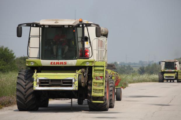 Въвеждат специални винетки за движение на извънгабаритни трактори и комбайни